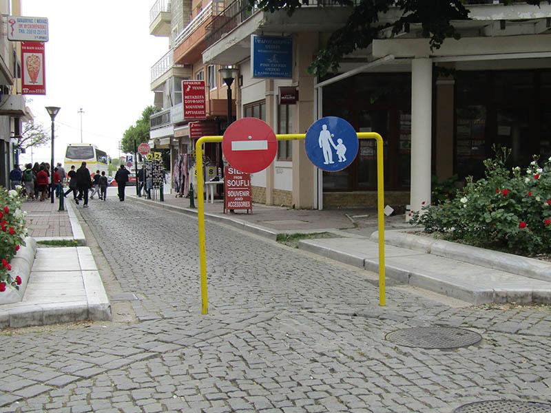 Πεζοί ΚΑΙ αυτοκίνητα στον «πεζόδρομο» της Κύπρου