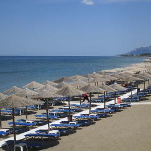 Κορωνοϊός: Τι ισχύει με το μπάνιο στη θάλασσα και την άμμο