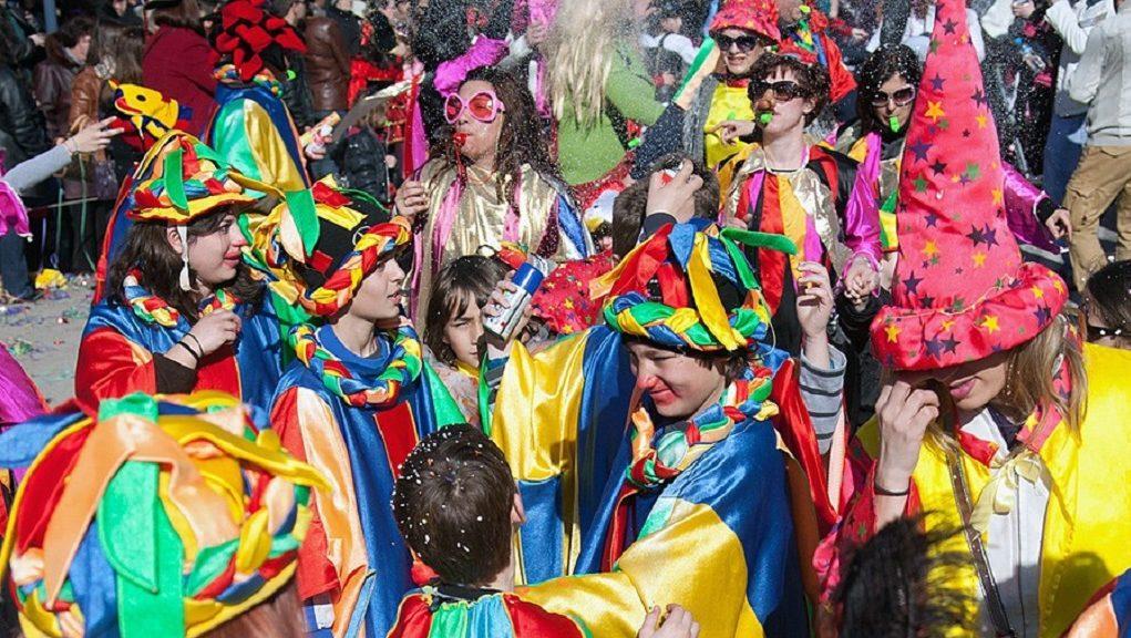 Διαδικτυακή κόντρα για τη μεταφορά της καρναβαλικής παρέλασης στις Φέρες