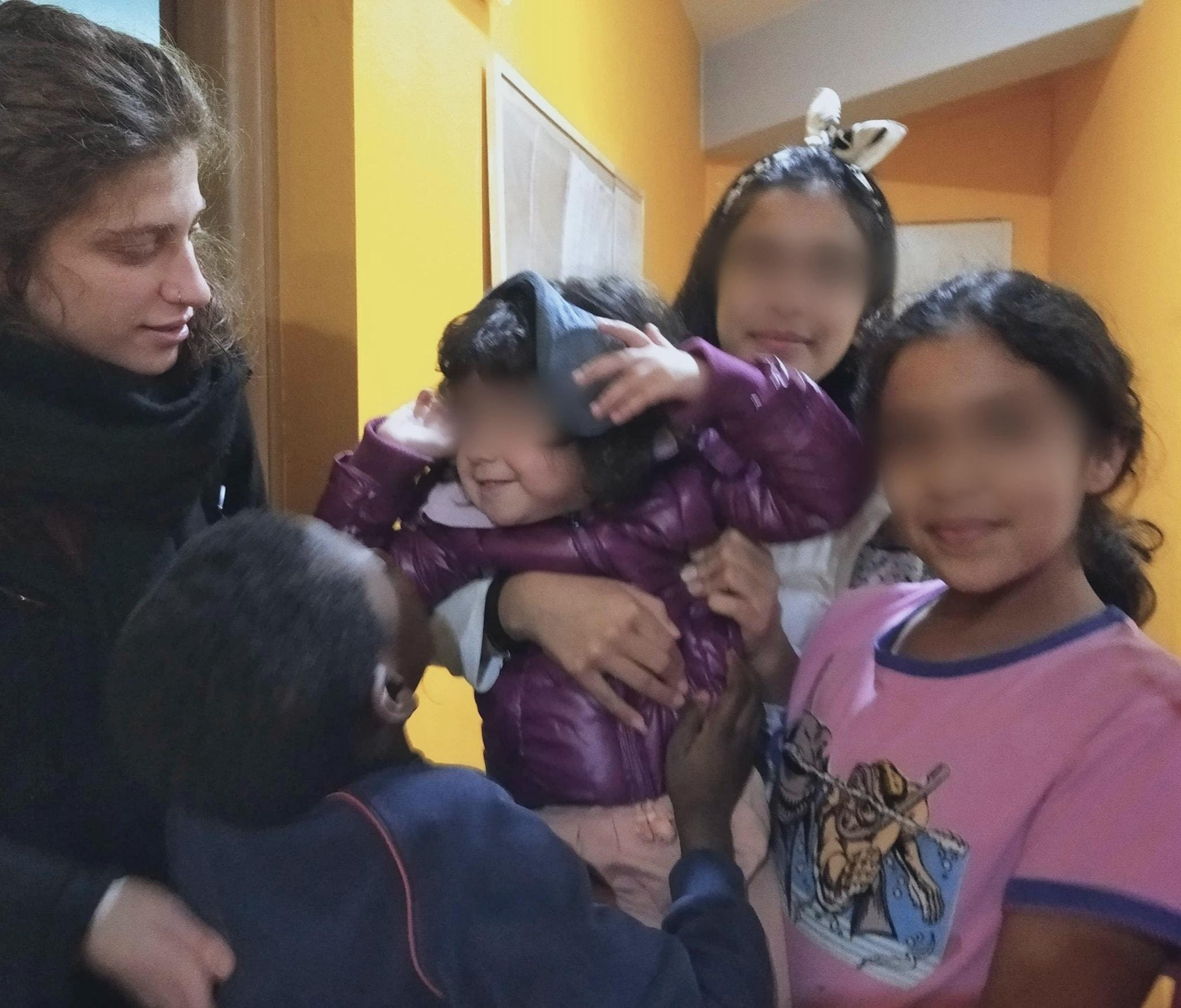 Στην αγκαλιά της οικογένειάς του προσφυγόπουλο που φιλοξένησε η Άρσις Αλεξανδρούπολης