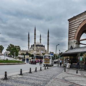 Δύο μέτρα και δύο σταθμά για το άνοιγμα των συνόρων με Τουρκία