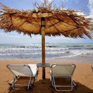Παραλίες: Αύξηση κατά 50% του ορίου παραχώρησης σε ξαπλώστρες, τραπεζοκαθίσματα