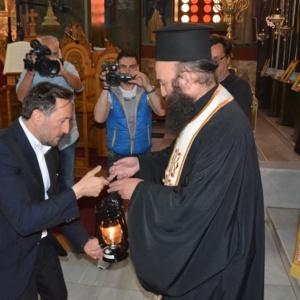 Ο Δήμαρχος Αλεξανδρούπολης παρέδωσε το Άγιο Φως στους ιερείς της Μητρόπολης