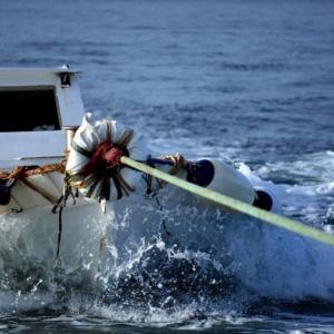 Αλεξανδρούπολη: Αλιευτικό προσέκρουσε σε βράχια και ημιβυθίστηκε