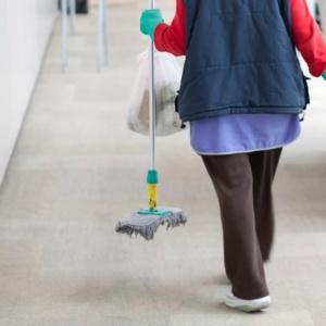 """""""Συμβάσεις πλήρους απασχόλησης και προσλήψεις για τις σχολικές καθαρίστριες"""""""