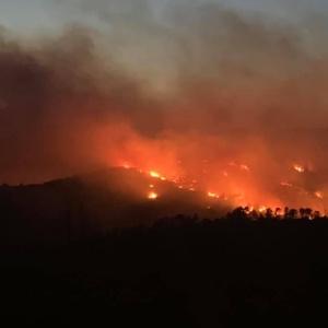Δραματική και αυτή η νύχτα στη Νίψα, η πυρκαγιά μαίνεται ανεξέλεγκτη