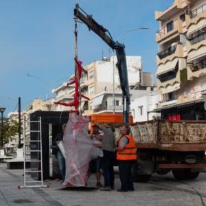 """Απομακρύνθηκε το γλυπτό """"ANATASIS DELTA"""" από την πλατεία Φάρου"""